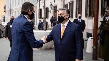 26.11.2020, Budapeszt, Viktor Orban wita się z Mateuszem Morawieckim u wejścia do gmachu węgierskiego rządu, dawnej siedziby klasztoru karmelitów.