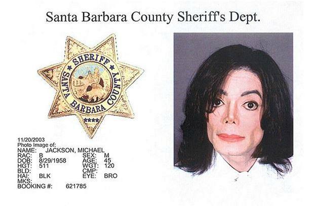 Zdjęcie policyjne z aresztowania Michaela Jacksona w związku z oskarżeniem o molestowanie w 2003 roku.