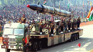 Indyjska rakieta balistyczna Agni-II na paradzie. Może przenieść ładunek termojądrowy