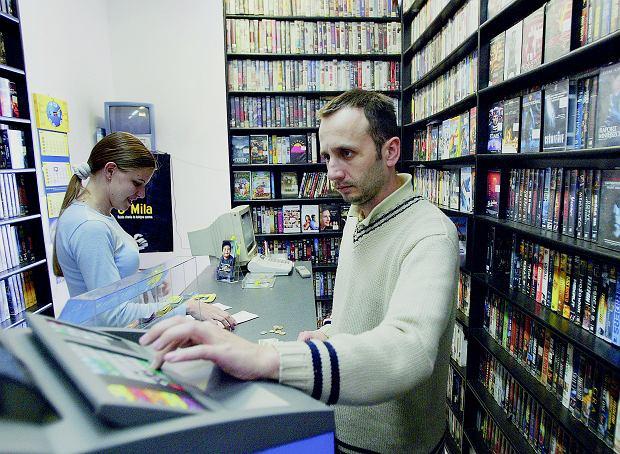 KASETY VHS I PŁYTY DVD w jednym stały domu. Kasety zawinęły się w połowie pierwszej dekady tego wieku. Wypożyczalnie płyt Beverly Hills zawinęły się w roku 2013.