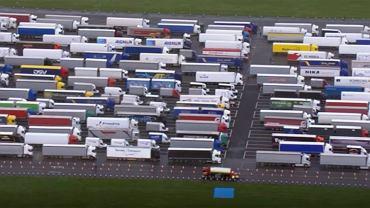Cztery tysiące ciężarówek stoi w Dover. Wielka akcja testowania kierowców - wynik pozytywny... u trojga
