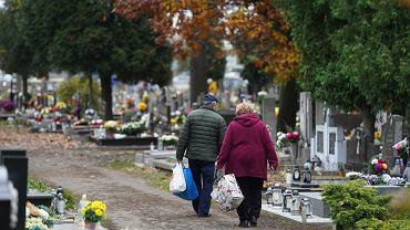 Minister zdrowia Adam Niedzielski zapewniał, że cmentarze we Wszystkich Świętych nie będą zamknięte. Nz cmentarz w Bydgoszczy.