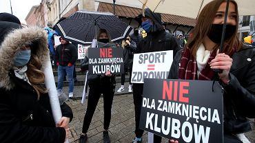 Protest branży fitness - przeciw rządowym decyzjom o zamknięciu siłowni i basenów ('bo tak', 'bo pandemia'). Warszawa, 17 października 2020