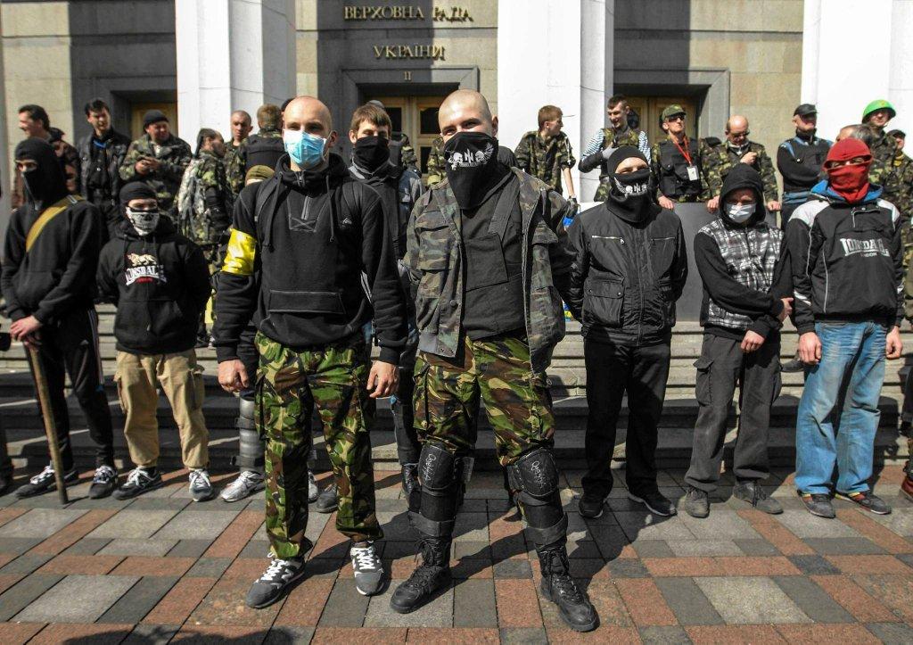 Marzec 2014, manifestacja Prawego Sektora przed budynkiem Rady Najwyższej. Radykałowie domagli się dymisji szefa MSW po tym, jak milicja zastrzeliła jednego z ich liderów, Aleksandra Muzyczkę