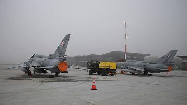 Samolot myśliwsko-bombowy Su-22 na lotnisku Olsztyn-Mazury