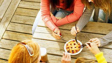 Jeśli przyjaciele namawiają do zjedzenia czegoś, raczej zjesz z nimi, zamiast tylko się przyglądać