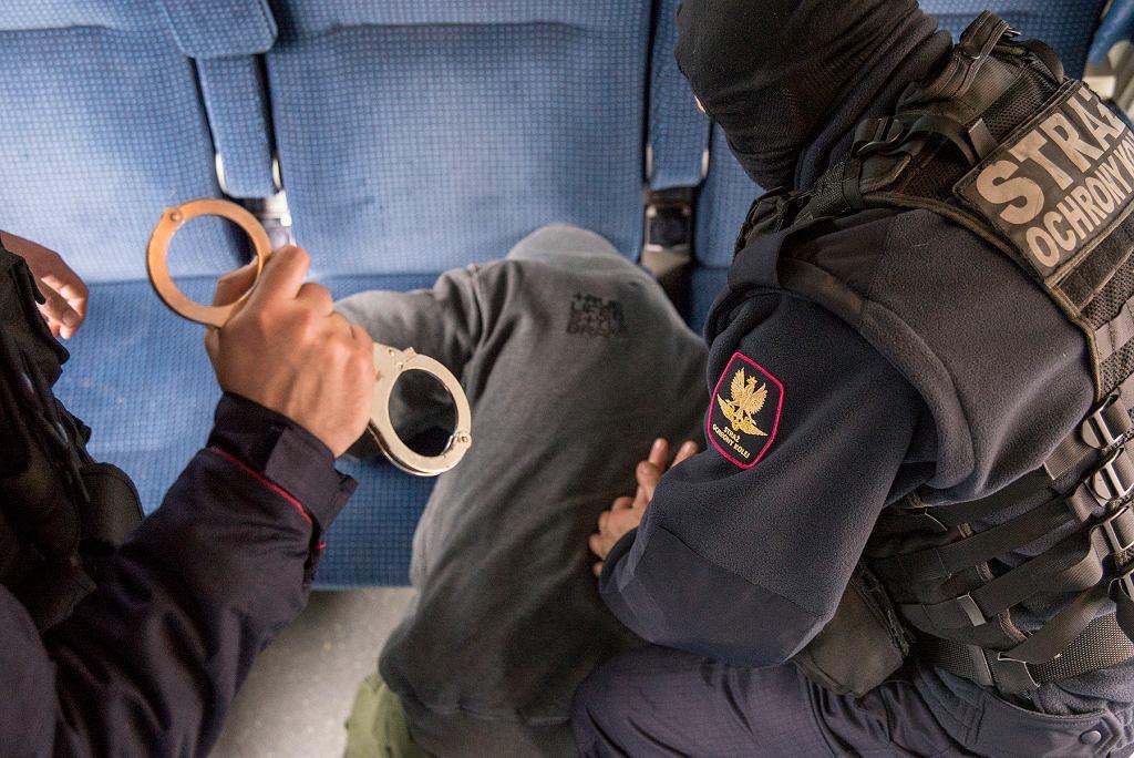Atak w pociągu. Pasażer bez biletu próbował dźgnąć nożem funkcjonariusza SOK