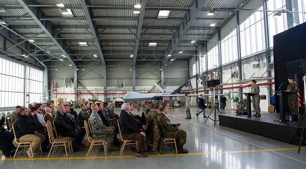 Uroczystość rozpoczęcia działania bazy dronów USA w Mirosławcu. Wnętrze nowego hangaru