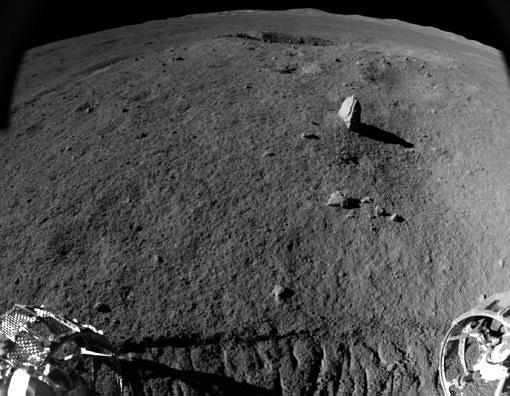 'Dziwny kamień' na Księżycu widziany przez łazik Yutu 2