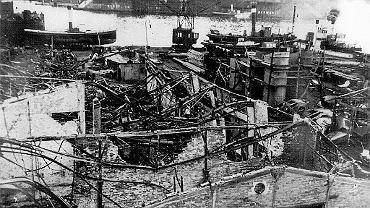 Zniszczony port w Szczecinie tuż po wojnie. Widok z Łasztowni na Bollwerk (obecnie Bulwar Piastowski i Nabrzeże Wieleckie) i zrujnowane Stare Miasto