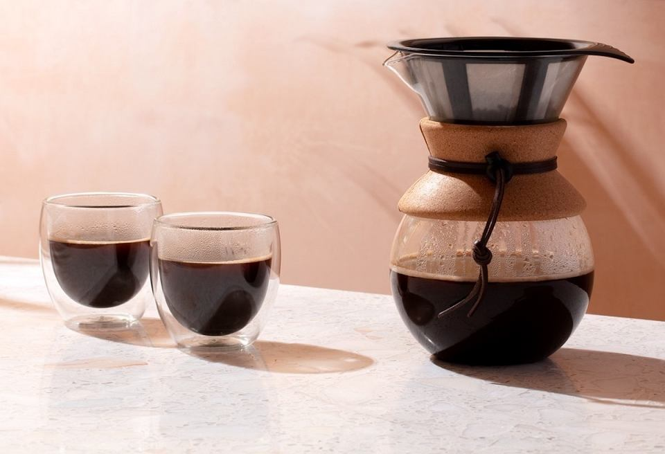 Szklane kubki na kawę z podwójnym dnem.
