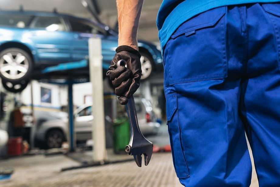Przez nieuczciwych mechaników samochodowych cierpi cała branża. Fot. Shutterstock