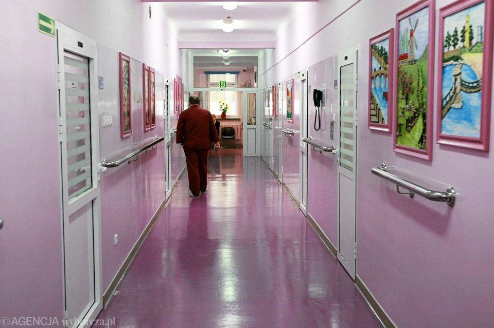 Korytarz zamkniętego ośrodka w Gostyninie. Sąd może kierować do niego skazanych odbywających karę w systemie terapeutycznym, jeśli uzna, że stwarzają bardzo wysokie zagrożenie