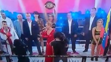 Lidia Kopania śpiewa polski hymn przed walką wieczoru na gali Tymex Boxing Night 12