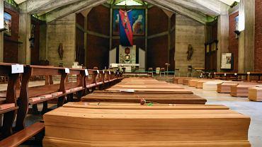 Kościoł w Seriate w pobliżu Bergamo w Lombardii. Na posadzce  rzędy trumien z ofiarami koronawirusa.