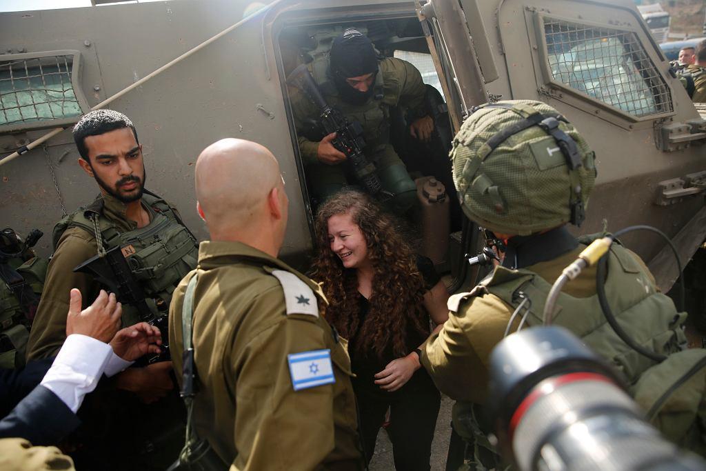 Ahed Tamimi, 17-letnia Palestynka, spotyka się z rodziną po wyjściu z izraelskiego więzienia