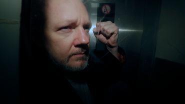 Julian Assange opuszcza gmach brytyjskiego sądu, Londyn, 1 maja 2019 r.