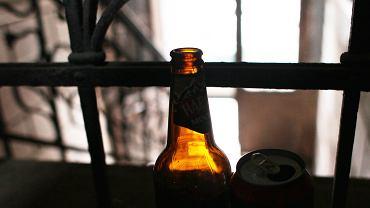 Lublin. 24-latek wyrzucił butelkę. Uszkodził mercedesa z panoramicznym dachem / Zdjęcie ilustracyjne