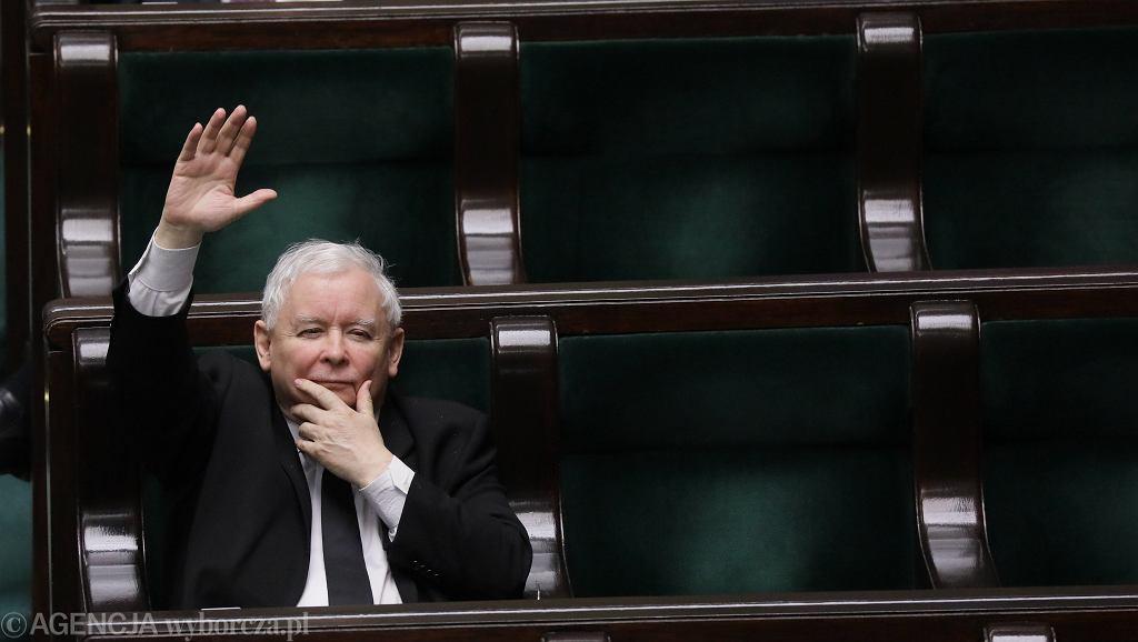 Prezes partii rządzącej Jarosław Kaczyński na sali plenarnej. Trzeci dzień 9. posiedzenia Sejmu IX kadencji - w dobie pandemii koronawirusa. Warszawa, 6 kwietnia 2020