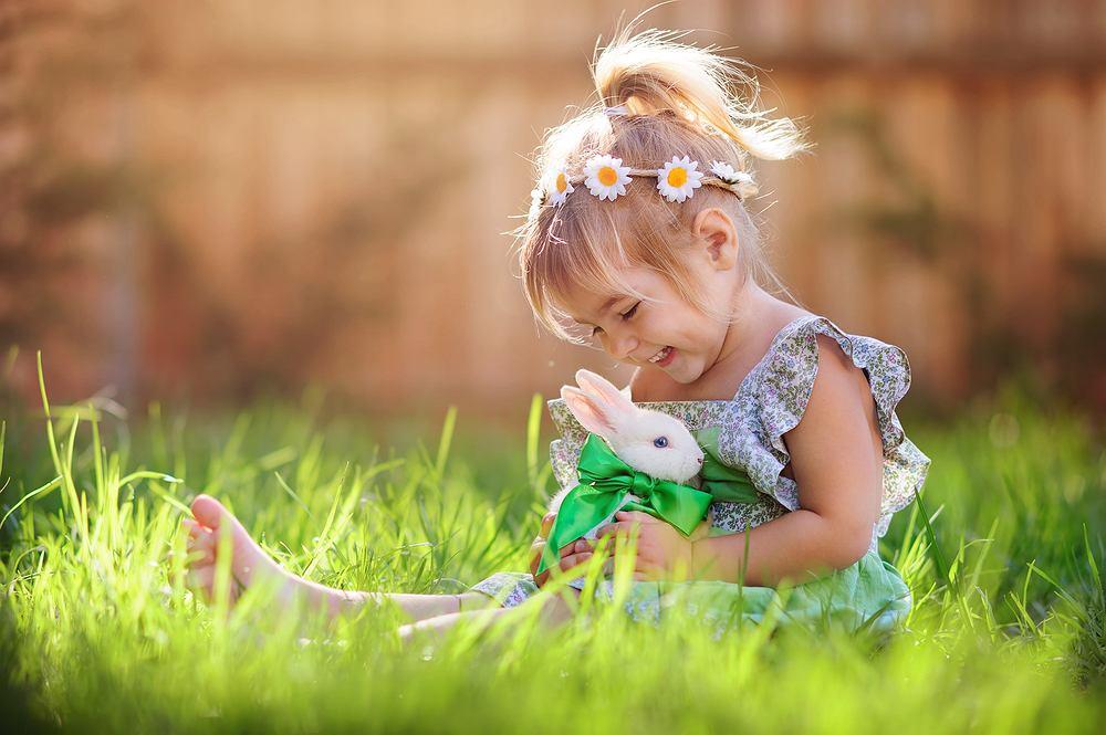 Tradycje wiosenne- wesołe pisanki, a może kolorowe Holi? Sprawdź gotowe pomysły na rodzinną zabawę. Zdjęcie ilustracyjne