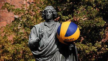 Pomnik Mikołaja Kopernika przed memoriałem Wagnera