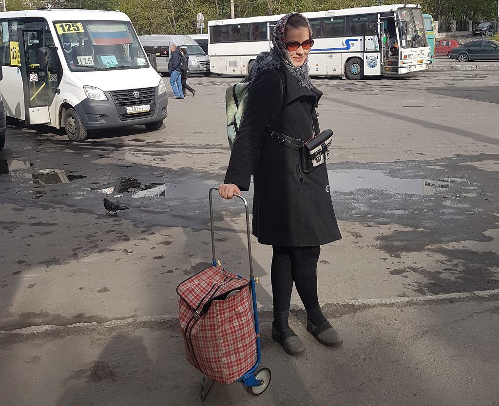 Natalia czekająca w Murmańsku na marszrutkę do Teriberki (fot. Archiwum prywatne)