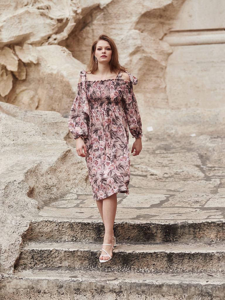Sukienka z dekoltem hiszpańskim