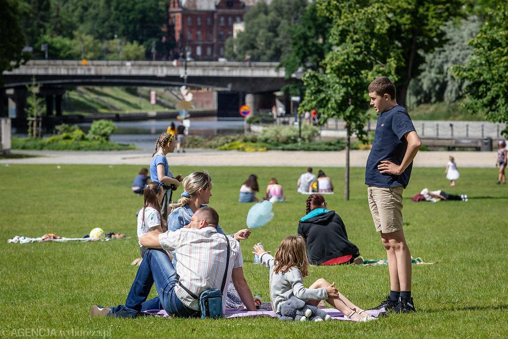 W długi weekend wielką popularnością wśród bydgoszczan cieszyły się wypożyczalnie sprzętu wodnego nad Brdą. - W czasie pandemii doceniamy, jakim skarbem jest rzeka w centrum miasta - mówi Wojciech Ziółkowski, który z rodziną wybrał się na spacer po Bydgoszczy. Mieszkańcy miasta tłumnie odwiedzali nie tylko bulwary Brdy i Wyspę Młyńską, ale również spacerowali po ulicach Śródmieścia i Starego Miasta. Ogródki letnie na Starym Rynku wieczorami były oblegane.