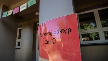 Przed wejściem do szkoły zachowane wszystkie wymogi sanitarne
