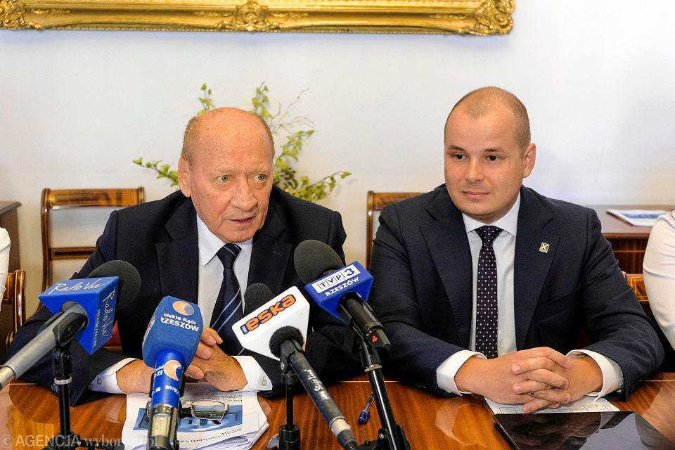 Prezydent Tadeusz Ferenc i poseł Kukiz'15 Maciej Masłowski na wspólnej konferencji w ratuszu dotyczącej monoraila
