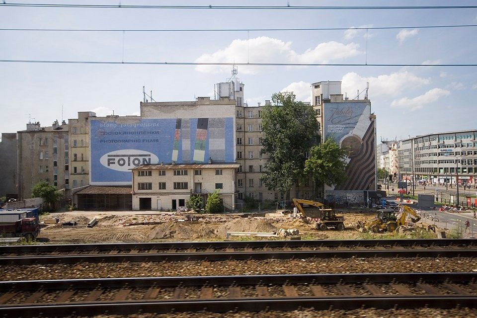 Reklamy 'Foton' i 'Jubiler' na kamienicy przy Targowej 15