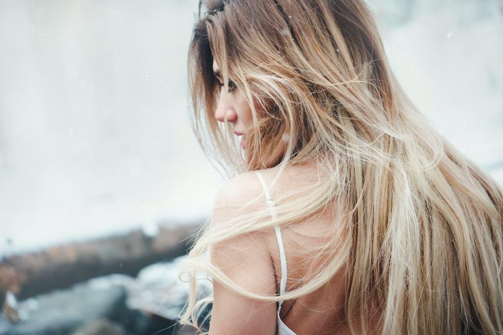 Jak uratować zniszczone włosy po rozjaśnianiu?