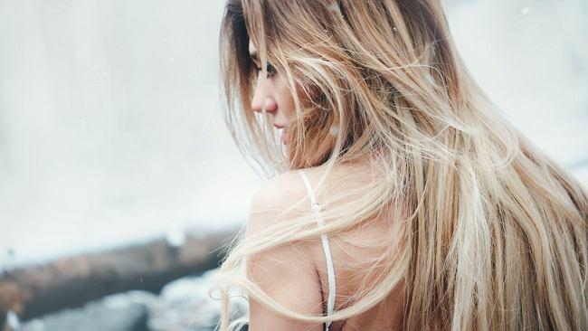 Olejek rycynowy na włosy to sprawdzony sposób na ich wypadanie. W dodatku przyspieszy ich porost