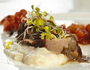Policzki wołowe z sosem żurkowym i konfiturą z jarzębiny