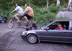 Honda Civic o mocy dwóch rowerzystów. Tak niedorzeczne, że aż ciekawe [WIDEO]