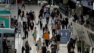 Epidemia koronawirusa. Mieszkańcy Londynu w maskach / zdjęcie ilustracyjne