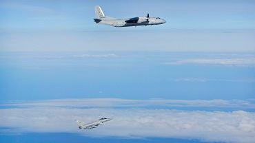Samolot An-26 w towarzystwie brytyjskiego myśliwca (zdjęcie poglądowe)