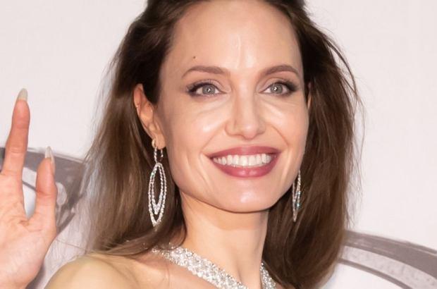 """Angelina Jolie promuje od kilkunastu dni """"Czarownicę 2"""". Choć zachwyca wyglądem, zagraniczne media spekulują o jej problemach zdrowotnych."""