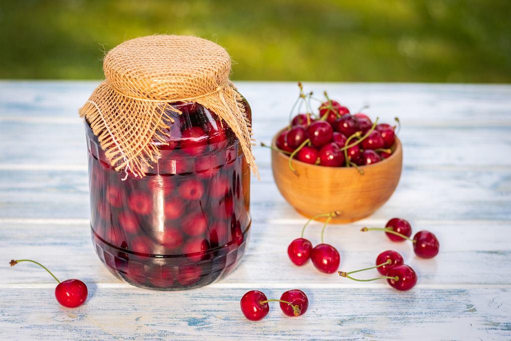 Sok z wiśni możesz przygotować zarówno do spiżarni, jak i do wypicia na bieżąco