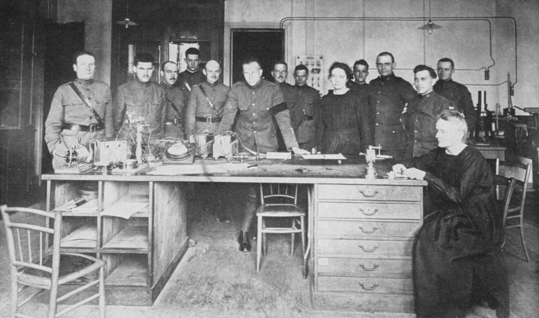 Maria i Irena Curie w Instytucie Radowym z amerykańskimi żołnierzami w 1919 roku (fot. domena publiczna / Wikimedia Commons)