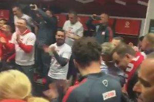 """El. Euro 2016. Prezydent Andrzej Duda wchodzi do szatni. A piłkarze robią show do piosenki """"Ona tańczy dla mnie"""" [WIDEO]"""