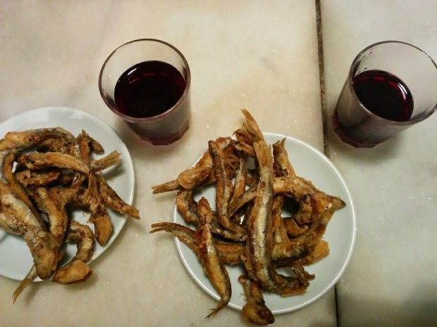 Podawana w taki sposób smażona ryba to jeden z barcelońskich rarytasów. Do zestawu wino za 1 euro! Fot. Małgorzata Gec / Magazyn Kuchnia