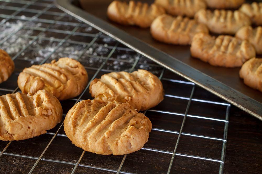 Kruche ciasteczka można podawać zarówno z cukrem pudrem, jak i z bardziej wyrazistymi dodatkami. Do wyboru mamy ich wiele - wybierz je według własnych upodobań