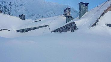 Schronisko górskie w Dolinie Pięciu Stawów Polskich zasypane śniegiem