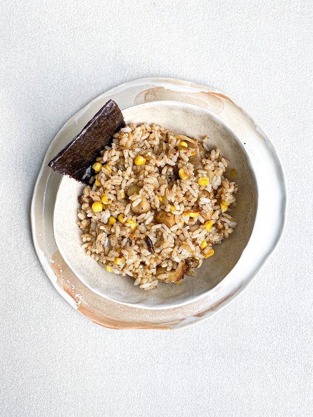 smażony ryż z pieprzem i grzybami