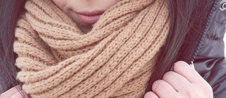 Czapki, szaliki i rękawiczki - najmodniejsze fasony na zimę sportowych marek