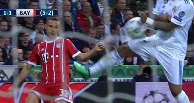 Marcelo zagrywa ręką we własnym polu karnym w meczu Realu z Bayernem w 1/2 finału LM