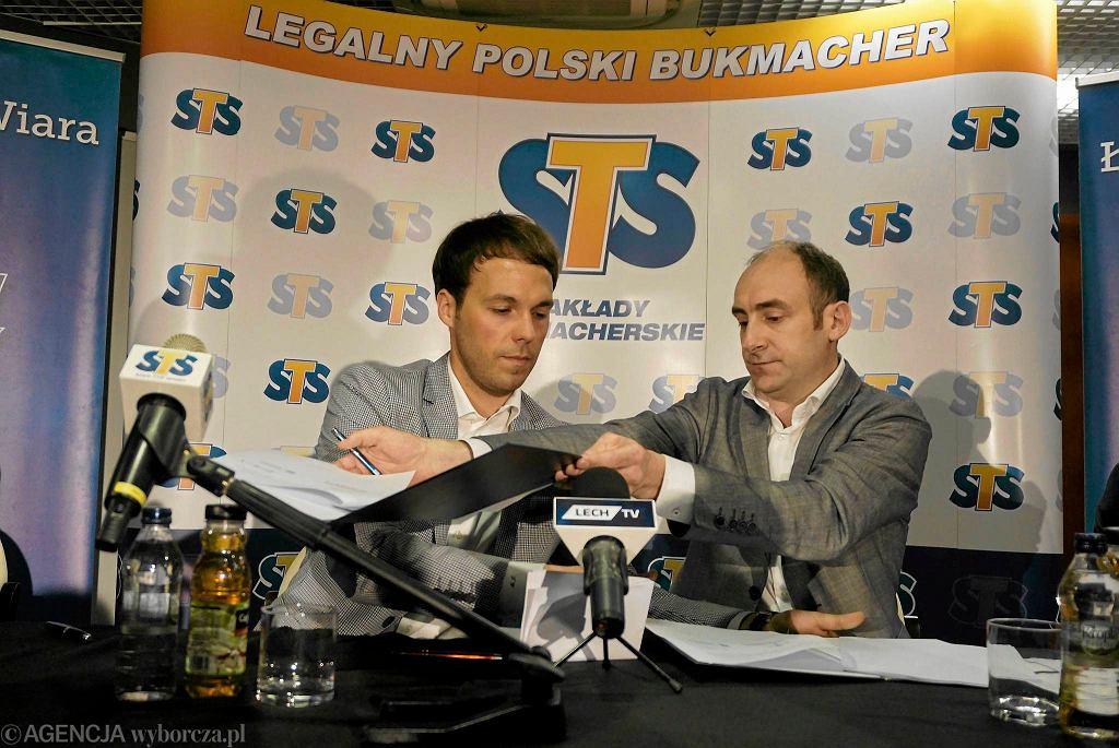 Mateusz Juroszek z STS zawierający umowę z Lechem Poznań