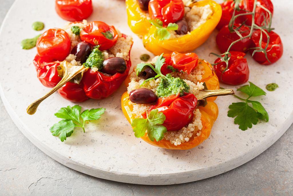 Pieczona papryka z oliwkami, komosą ryżową i pomidorami