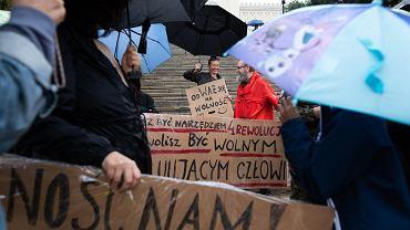 Lublin. Marsz antyszczepionkowców pod hasłem 'Spacer wolnych ludzi'